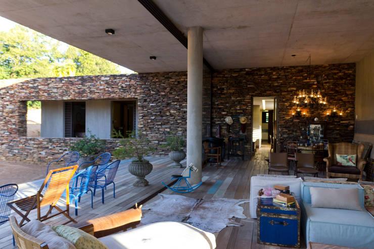Salas / recibidores de estilo  por COSTAVERAS ARQUITETOS
