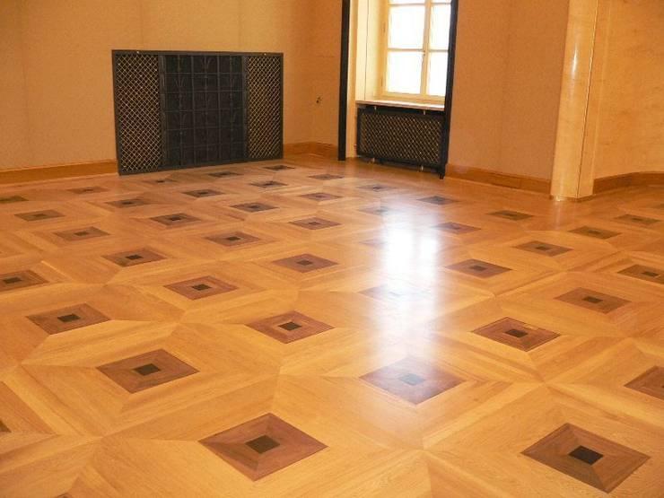 Kancelaria Premiera RP – układanie i renowacja podłóg drewnianych: styl , w kategorii Biurowce zaprojektowany przez Profi Parkiet II Parkiet.pl