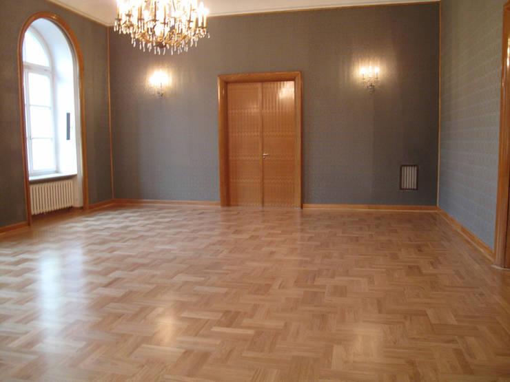 Kancelaria Premiera RP – układanie i renowacja podłóg drewnianych: styl , w kategorii Centra handlowe zaprojektowany przez Profi Parkiet II Parkiet.pl