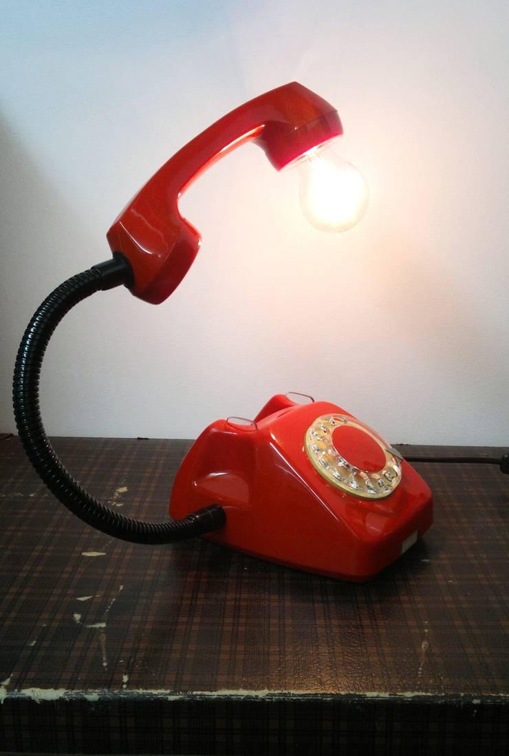 teleLAMPAfon - EmErgEncy 77': styl , w kategorii Sypialnia zaprojektowany przez RefreszDizajn