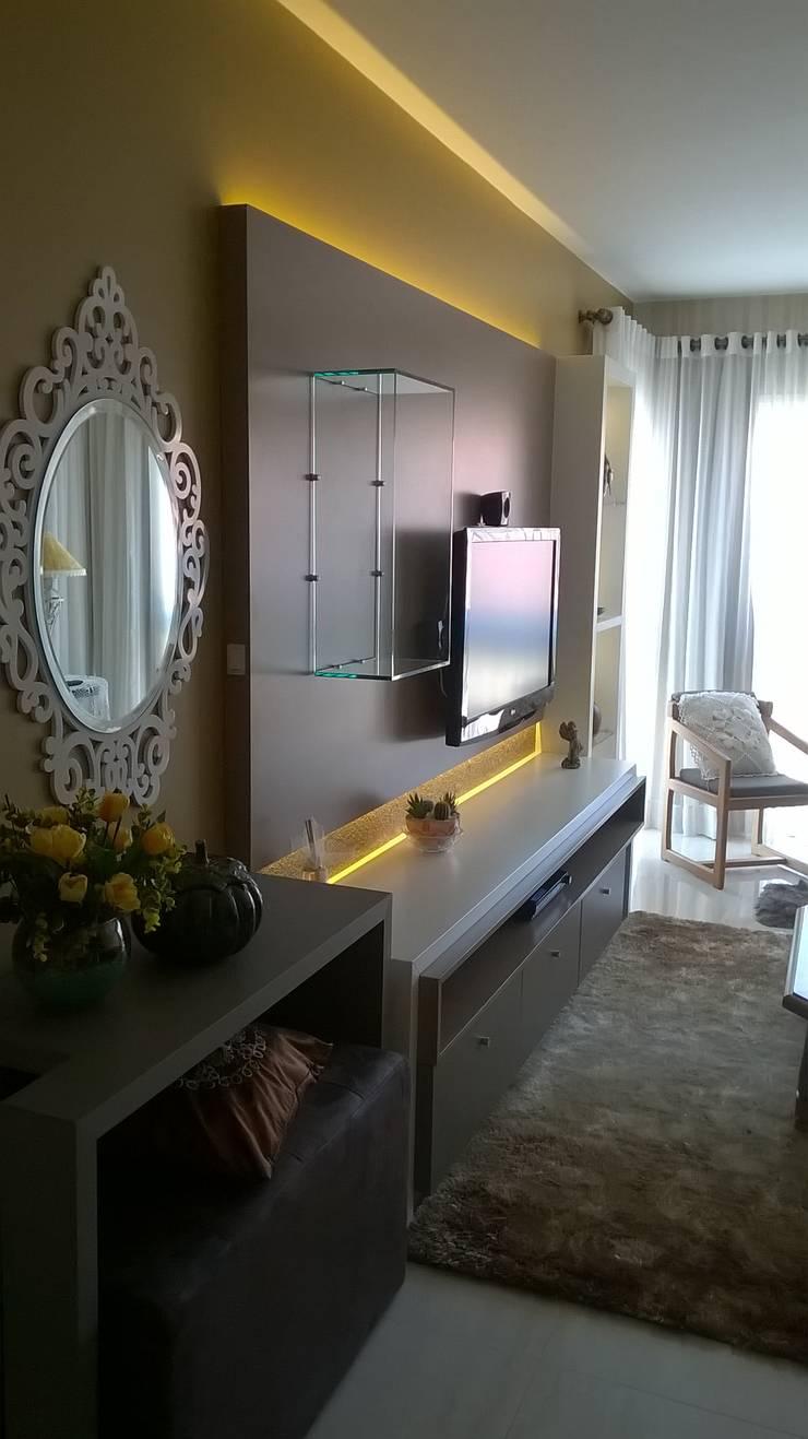 sala movel tv: Salas de estar  por casulo arquitetura design