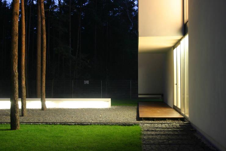 Dom B w Warszawie: styl , w kategorii Domy zaprojektowany przez Ingarden & Ewý Architekci