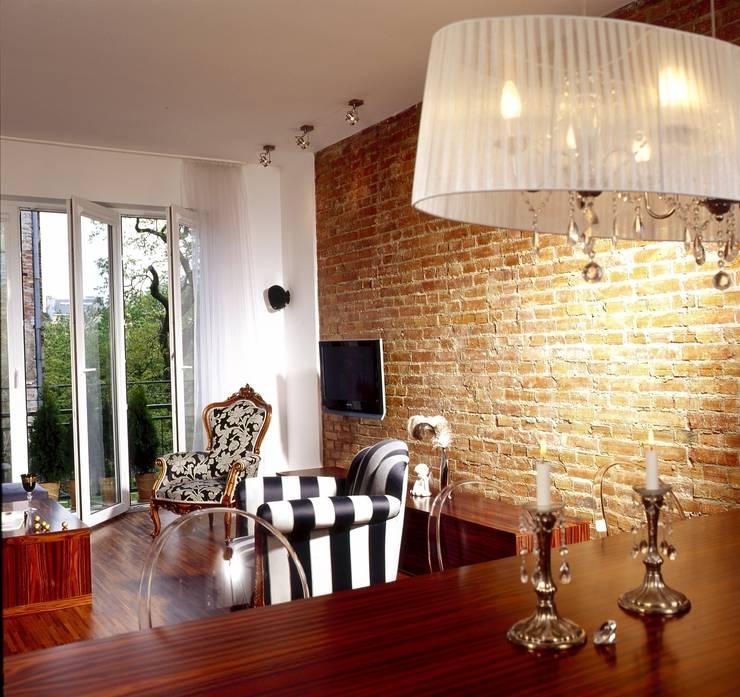 Salon z czerwoną cegłą: styl , w kategorii Salon zaprojektowany przez living box