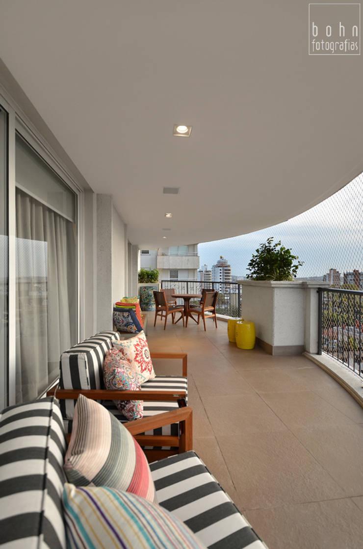 Living – Ambiente Estar e Jantar 160m2: Terraços  por Carolina Burin Arquitetura Ltda