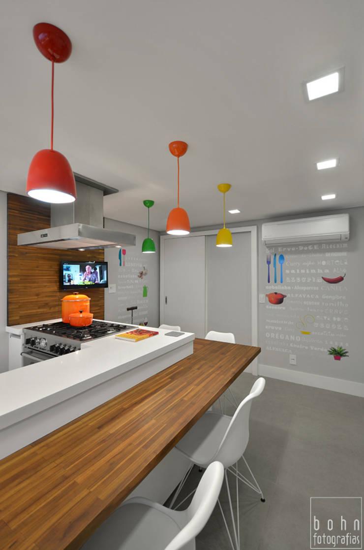 Cozinha Alegre e Sofisticada: Cozinhas  por Carolina Burin Arquitetura Ltda