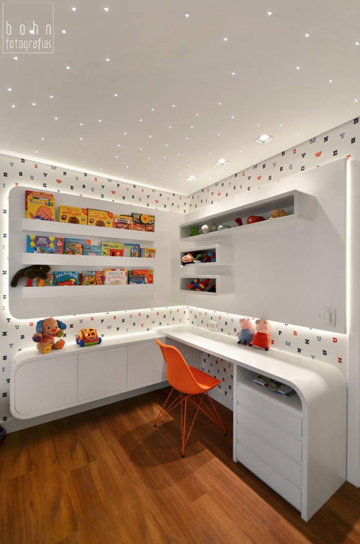 Dormitório Menino 3 anos – Prático e Durável: Quarto infantil  por Carolina Burin Arquitetura Ltda