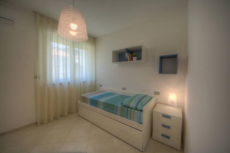 camera due letti: Camera da letto in stile  di Lella Badano Homestager