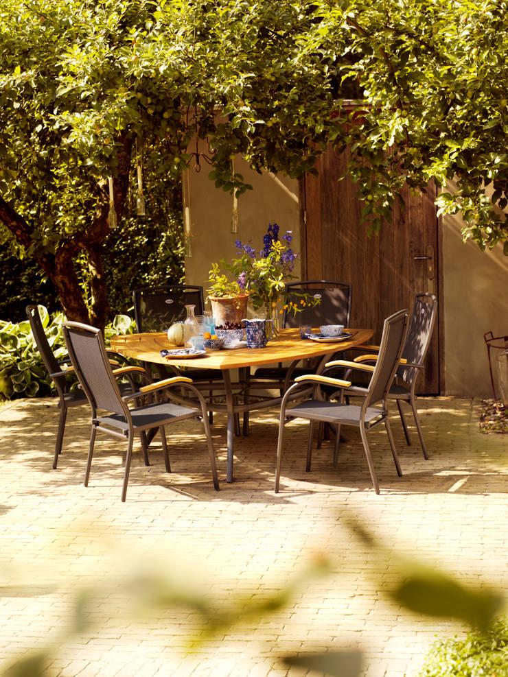 Heerlijk dineren in de tuinmeubelen van Kees Smit Tuinmeubelen :  Tuin door Kees Smit Tuinmeubelen