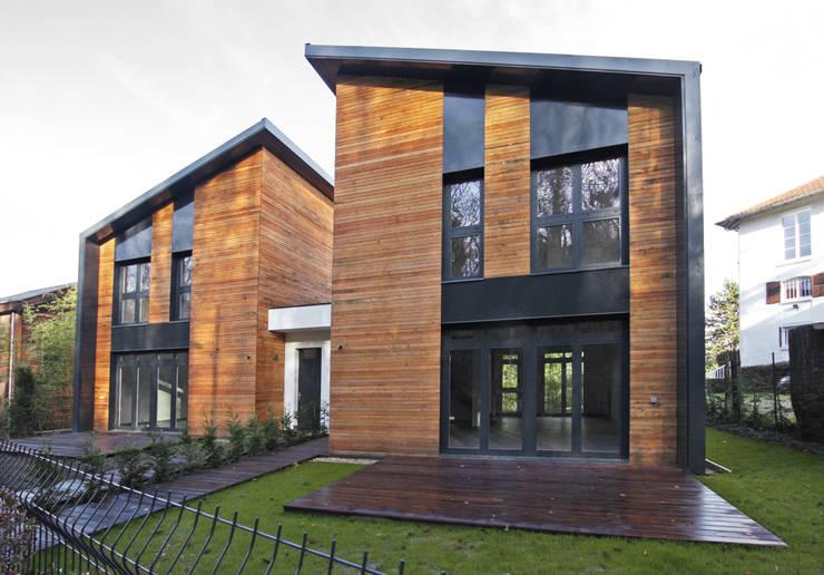 DEUX MAISONS EN BOIS A LOUVECIENNES (78):  de style  par ARICI architectes