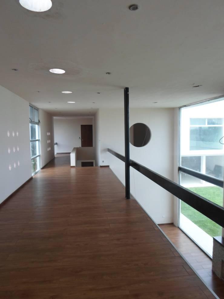 Residencia Country Club: Pasillos y recibidores de estilo  por Diseño Corporativo