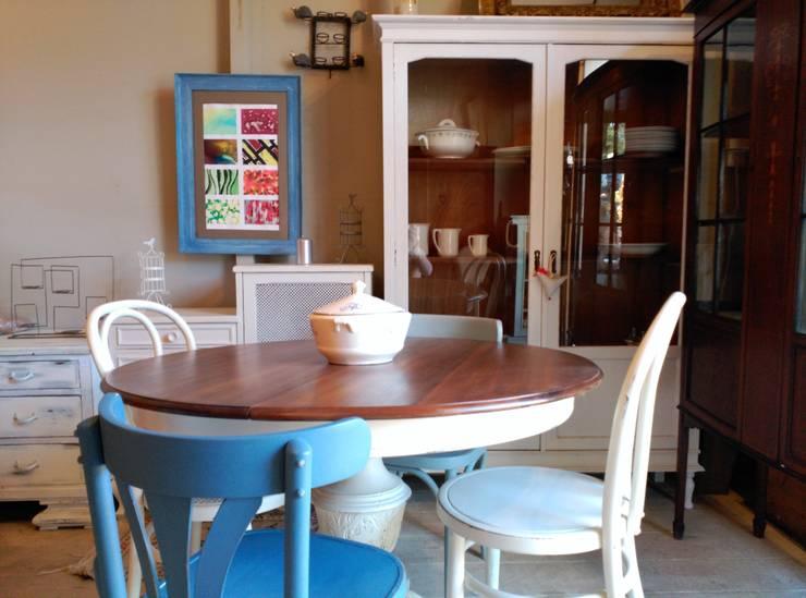 Vitrina y mesa para comedor/cocina: Comedor de estilo  de The Hope's Furniture