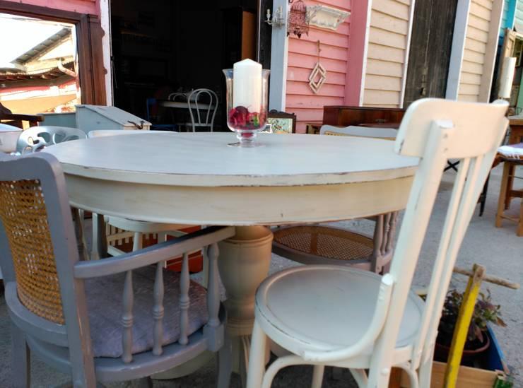 Mesa comedor pintada en color piedra: Comedor de estilo  de The Hope's Furniture