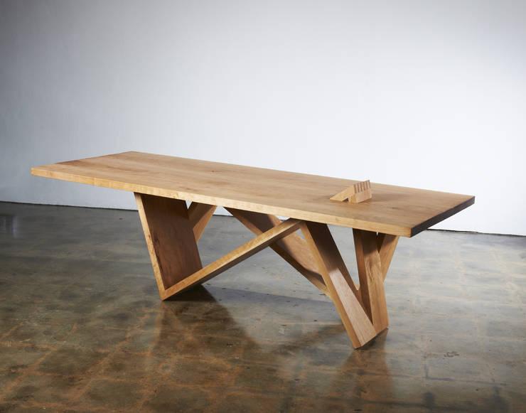 Side  view _Table & Desk: Y.G.Park Wood Studio [박연규 우드스튜디오]의 현대 ,모던
