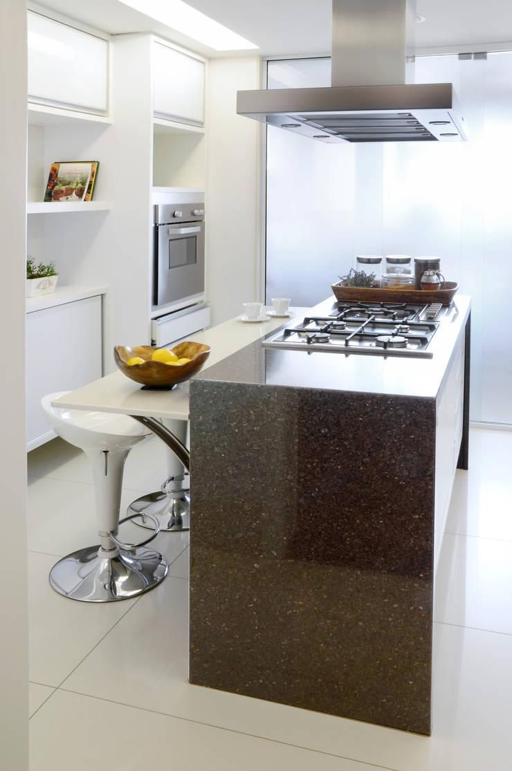 Apartamento Madeira: Cozinhas  por Coutinho+Vilela
