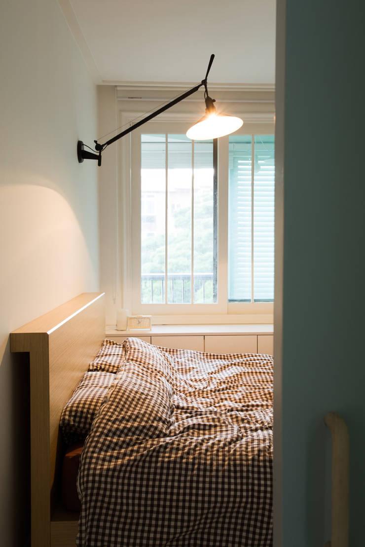 The Diagonal Line _평창동 빌라: 지오아키텍처의  침실,모던