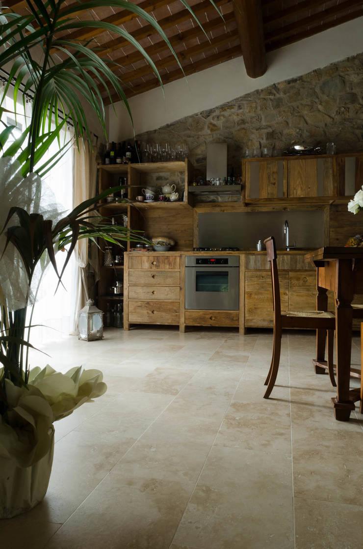 Cucina di casa colonica sulle colline di Firenze: Cucina attrezzata in stile  di Pietre di Rapolano, Rustico Pietra