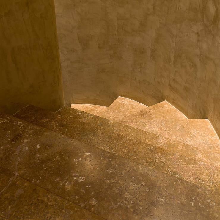 Pasillos, vestíbulos y escaleras de estilo moderno de Pietre di Rapolano Moderno Piedra