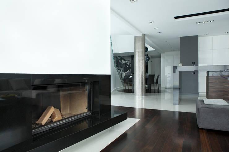 Salon z nowoczesnym kominkiem: styl , w kategorii Salon zaprojektowany przez living box,