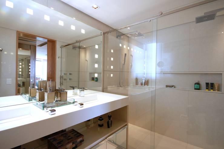 Bathroom by MeyerCortez arquitetura & design