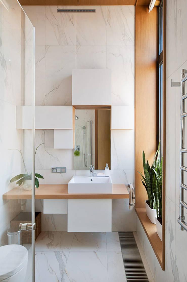 Квартира в Москве для молодого человека.: Ванные комнаты в . Автор – Студия экспериментального проектирования 'Rakurs'
