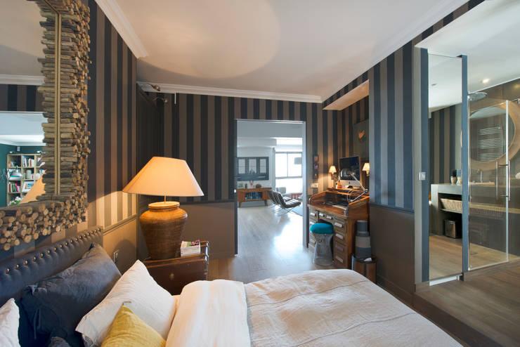 Appartement Caulaincourt Paris: Chambre de style  par Hélène de Tassigny
