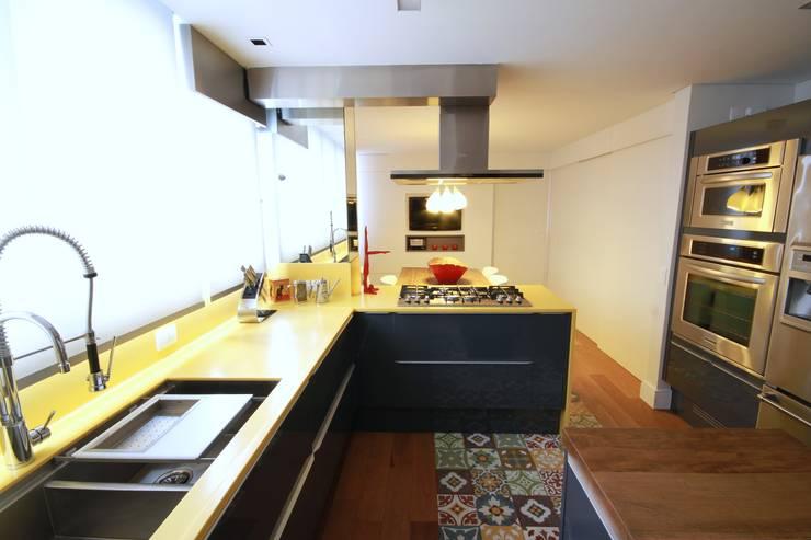 Kitchen by MeyerCortez arquitetura & design