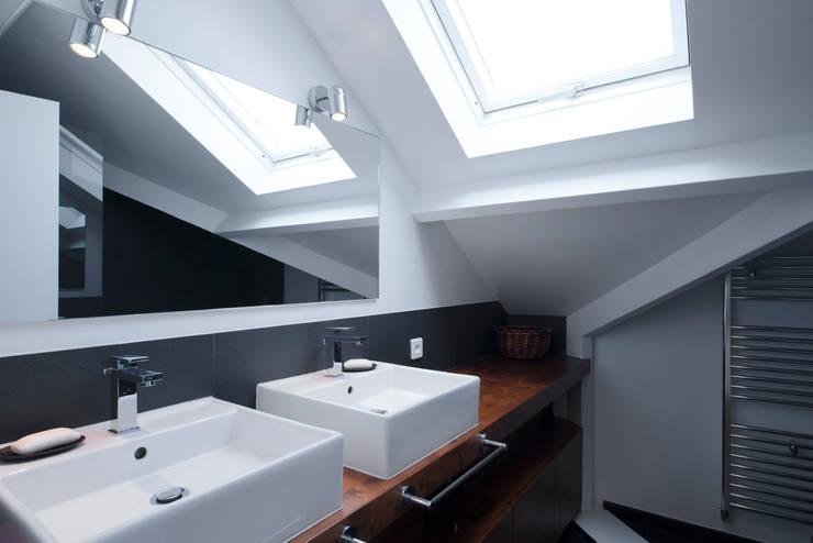 Maison individuelle Le Chesnay: Salle de bains de style  par Hélène de Tassigny