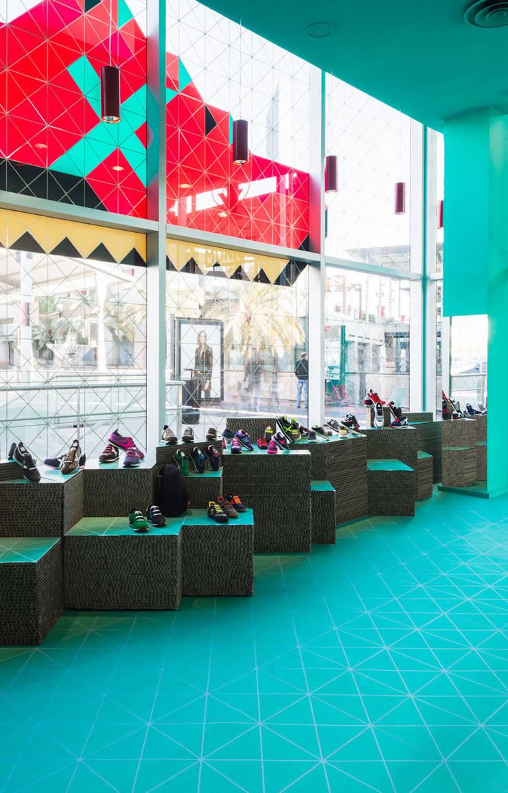 Pop Up Store Munich: Paisajismo de interiores de estilo  de CartonLab