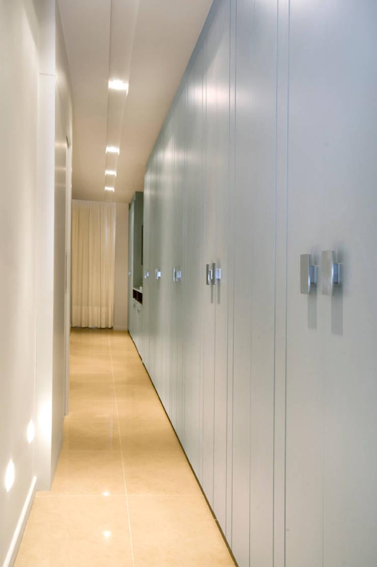 Apartamento Blue: Closets  por Coutinho+Vilela,