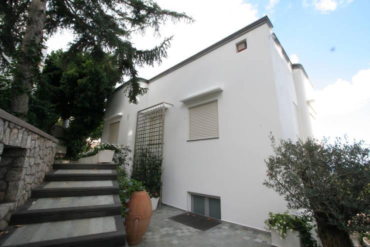 Villa a Capri: Case in stile in stile Mediterraneo di Imperatore Architetti