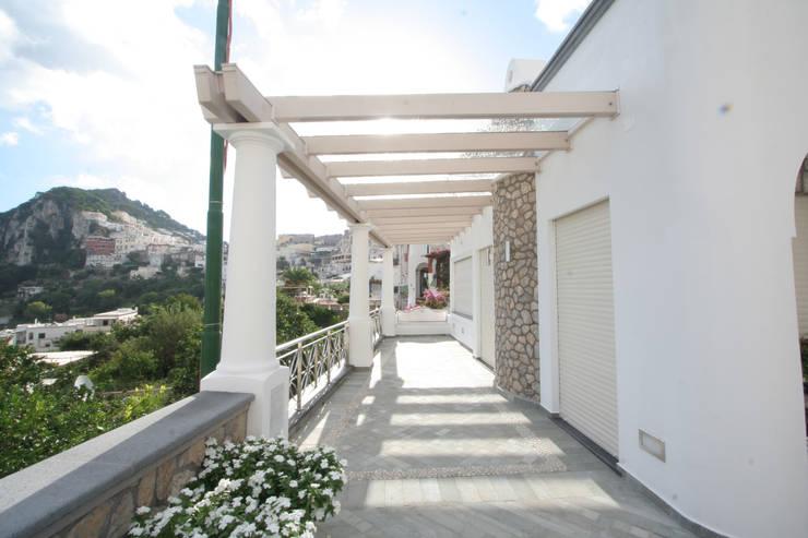 Villa a Capri: Terrazza in stile  di Imperatore Architetti