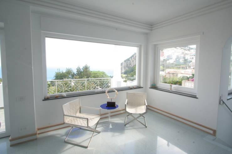 Villa a Capri: Soggiorno in stile in stile Moderno di Imperatore Architetti