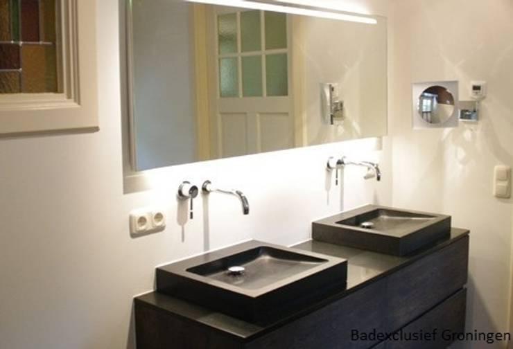 Gastenbadkamer in Harens landhuis.:  Badkamer door Badexclusief