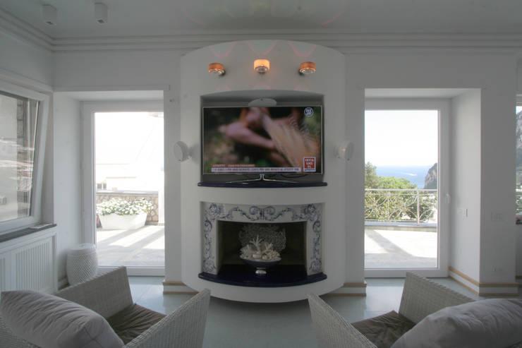 Villa a Capri: Soggiorno in stile in stile Mediterraneo di Imperatore Architetti