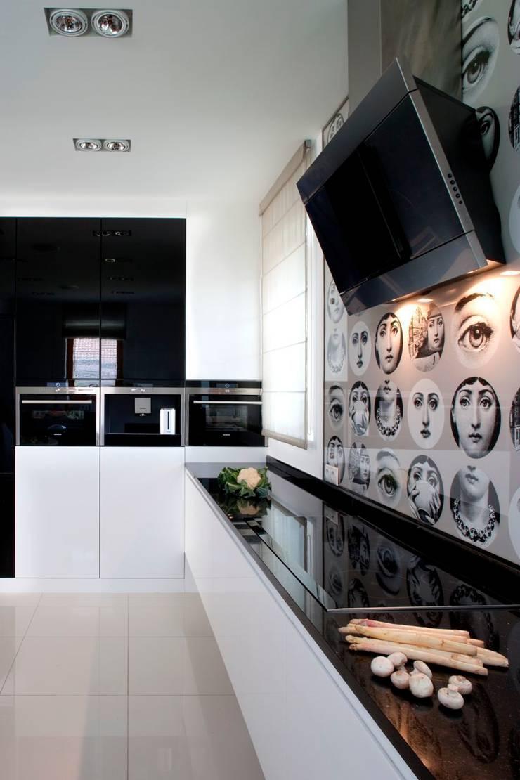 Kuchnia z tapetą Fornasetti: styl , w kategorii Kuchnia zaprojektowany przez living box