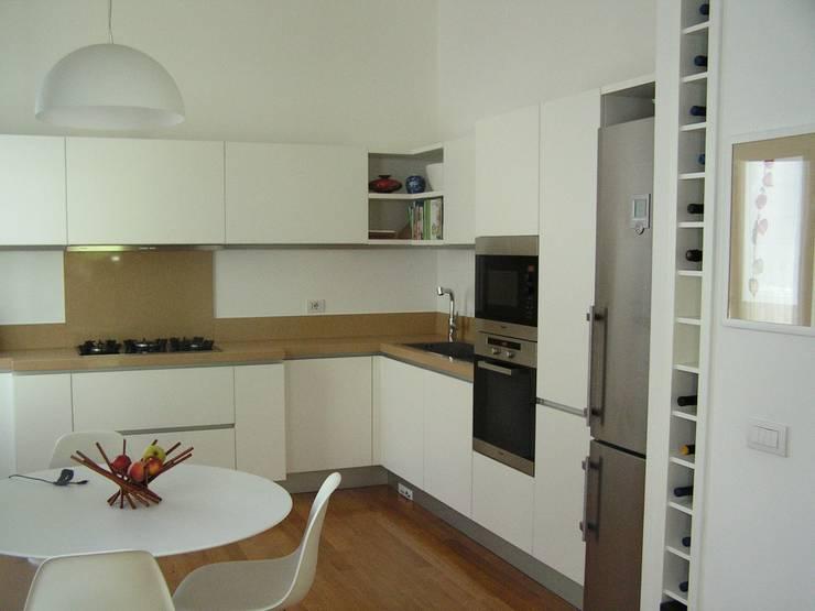 La cucina a giorno: Cucina in stile in stile Moderno di Arch. Silvana Citterio