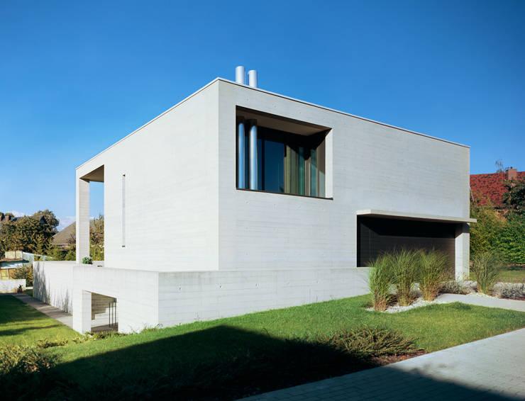 Südwestfassade: minimalistische Häuser von PaulBretz Architectes
