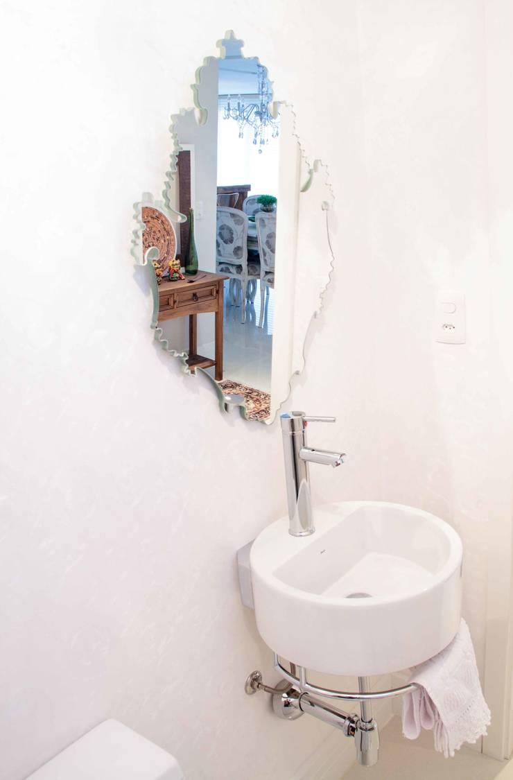 Projeto de Arquitetura de Interiores – Apartamento Família: Banheiros  por Sarah & Dalira