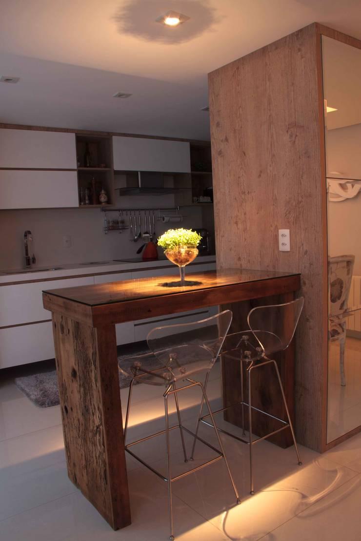 Projeto de Arquitetura de Interiores – Apartamento Família: Cozinhas  por Sarah & Dalira