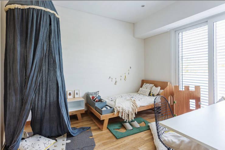 Nursery/kid's room by La Casa G: La Casa Sustentable en Argentina