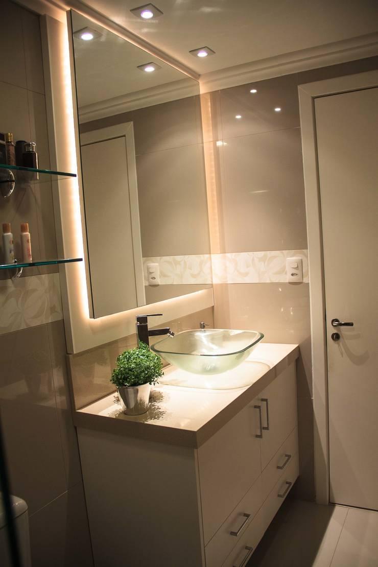 Projeto de Arquitetura de Interiores – Apartamento Casal: Banheiros  por Sarah & Dalira,Eclético
