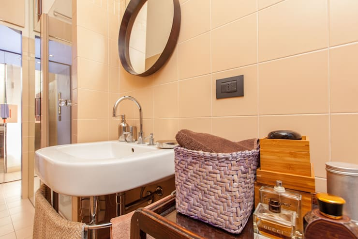 "little APARTMENT WITH A ""NEW DECO'"" SOUL: Bagno in stile  di studio matteo fieni"