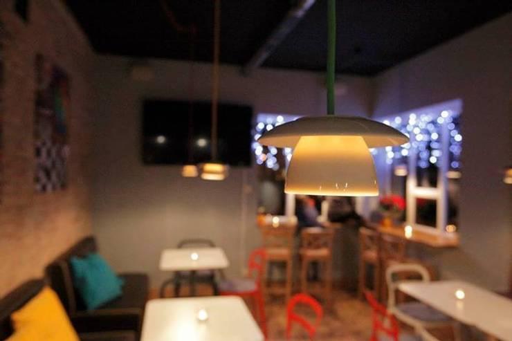 Lampa filiżanka - projekt kawiarni Milanówek - przystanek cafe : styl , w kategorii Jadalnia zaprojektowany przez Profizorka