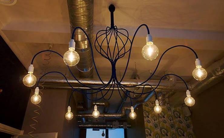 """Żyrandol mikser - projekt lamp do restauracji w Warszawie- """"Maleńka i..."""" : styl , w kategorii Salon zaprojektowany przez Profizorka"""