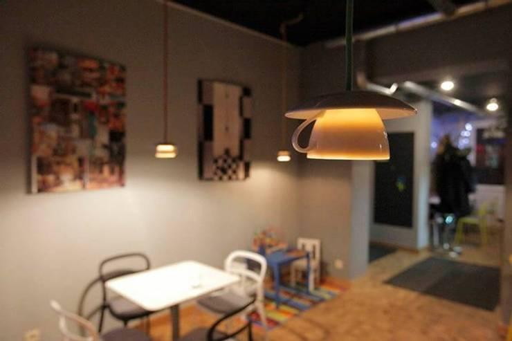 Lampa filiżanka - projekt kawiarni Milanówek - przystanek cafe : styl , w kategorii Kuchnia zaprojektowany przez Profizorka
