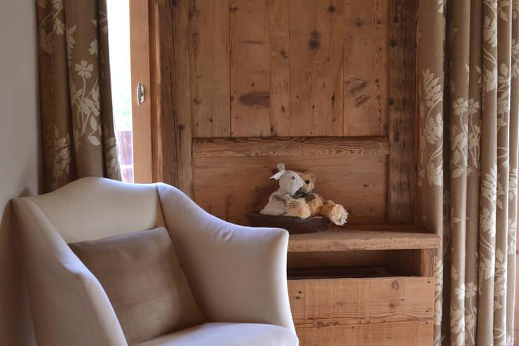 Chalet - Megeve Fr: Camera da letto in stile in stile Rustico di Andrea Rossini Architetto