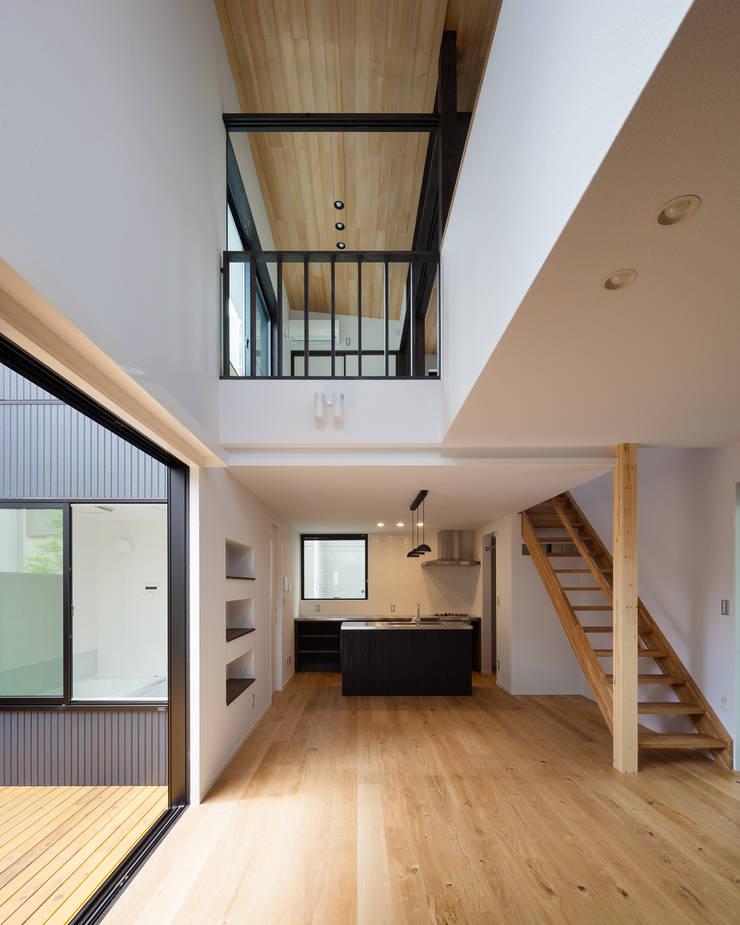 宮原の家: 山岡建築研究所が手掛けたリビングです。