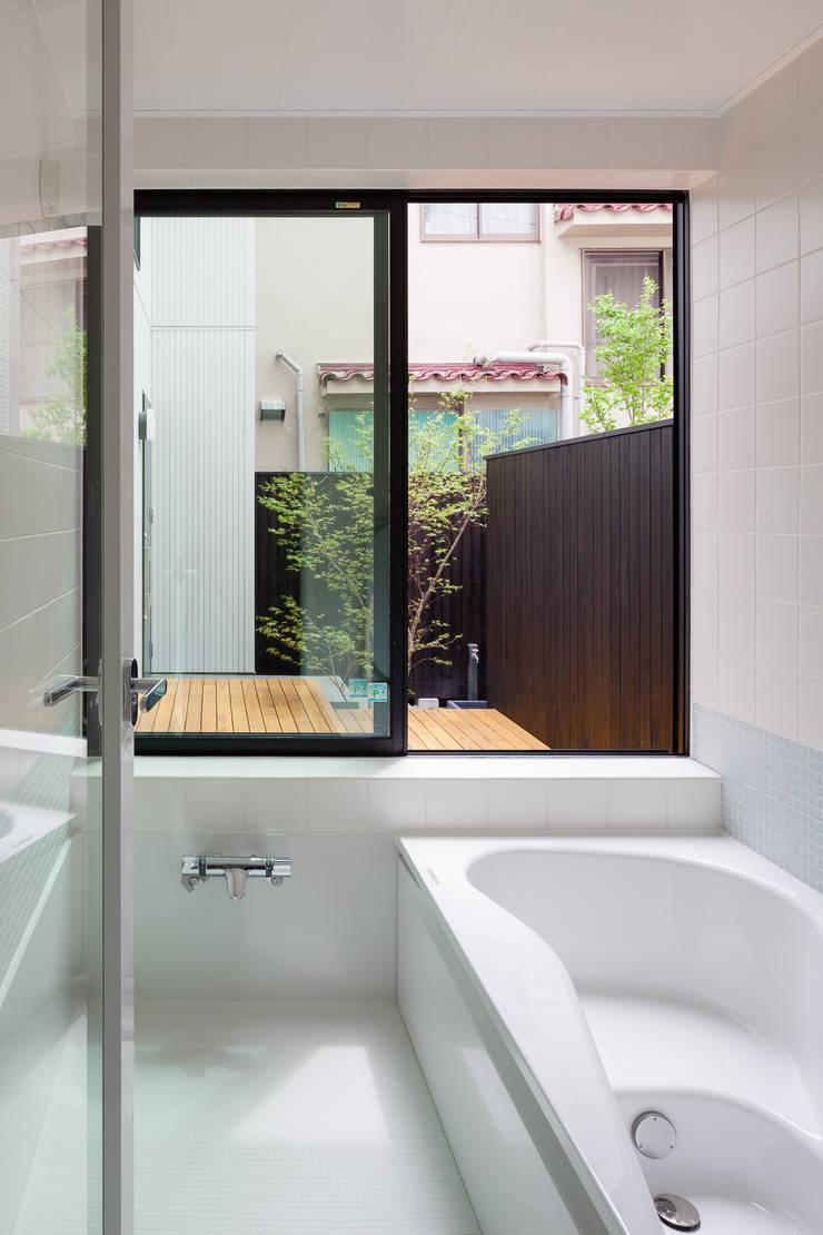 宮原の家: 山岡建築研究所が手掛けた浴室です。