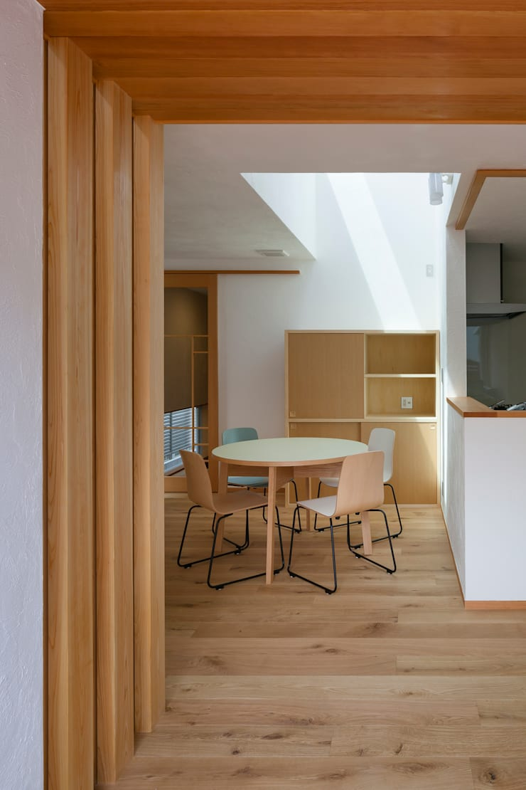 大塚の家: 山岡建築研究所が手掛けたダイニングです。