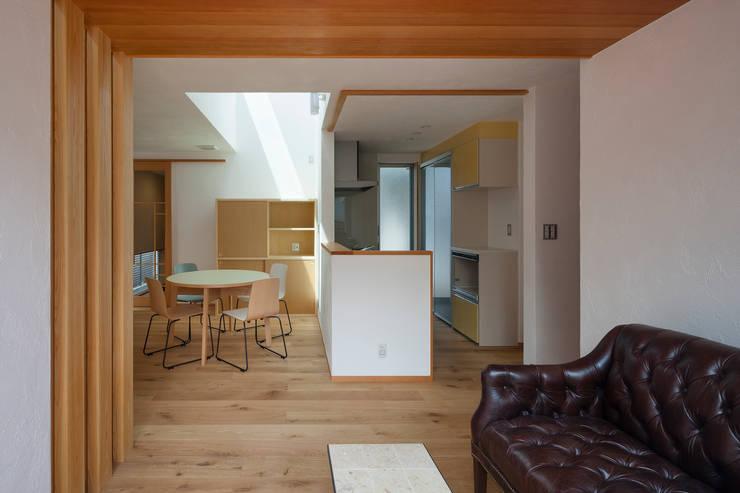 大塚の家: 山岡建築研究所が手掛けたリビングです。
